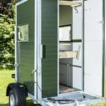 Die mobile Jagdkanzel mit geöffneter Tür
