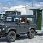 Mobile Jagdkanzel auf Autobahnparkplatz