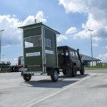 Fahrbare Jagdkanzel auf Autobahnparkplatz